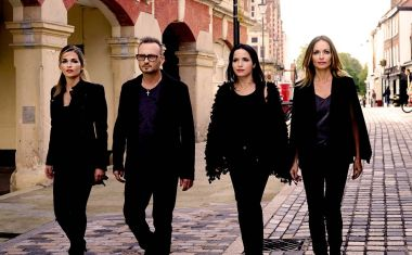 VIDEO : The Corrs - Bring On The Night